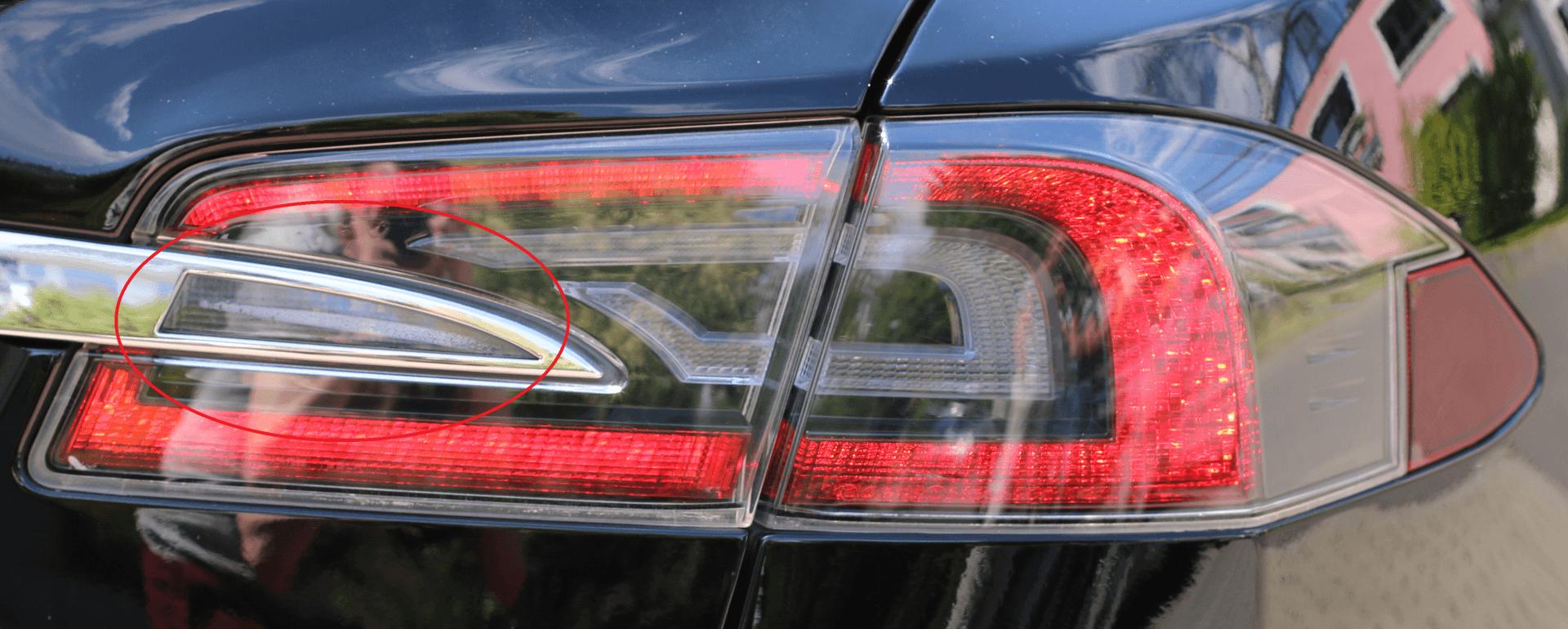 Foto 1: Die alte Heckklappen-Chromleiste von Tesla. Klar erkennbar, dass die Formgebung der Aussparung der Chromleisten-Form folgt. Im Bild zu sehen: Leichte Bildung von Kondenswasser. | © greenspeed.de