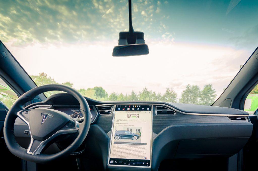 Tesla Model X90D kaufen Interieur Cockpit Lenkrad Touchscreen Abachi Holz Armaturenbrett Panoramascheibe Frontscheibe greenspeed emobility Aachen Deutschland Neuwagen