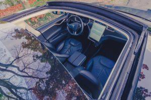 Tesla Model S85 Schiebedach Panorama Glasdach geöffnet offen Interieur Lenkrad Fahrersitz Mittelkonsole Beifahrersitz Touchscreen Website Extras Komfort Dachhimmel greenspeed emobility Gebrauchtwagenhändler Aachen Deutschland