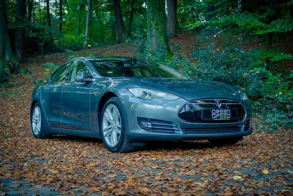 Tesla Model S85 grau metallic Herbst Laub Park Straße Schrägansicht Aachen Deutschland greenspeed emobility Gebrauchtwagen kaufen