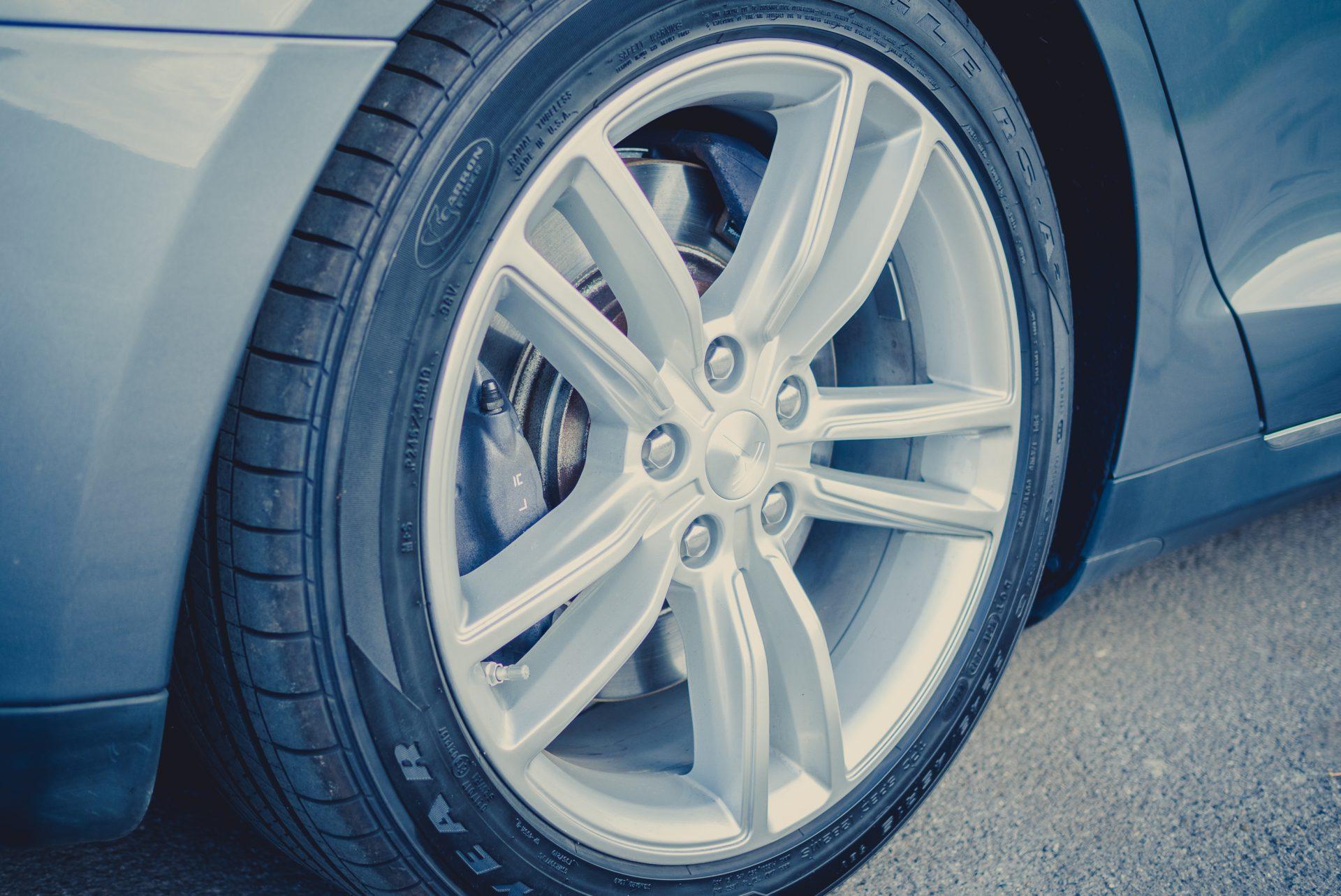Tesla Model S85 metrallic grau Räder Winterräder Komplettrad Kompletträder Rad Felge Reifen Detail greenspeed emobility Fahrzeug E-Auto Elektroauto Deutschland gebraucht kaufen