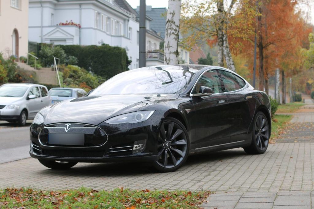 Foto: Tesla Model S85 in Solid Black, mit grauen Turbine-Felgen. | © Greenspeed.de