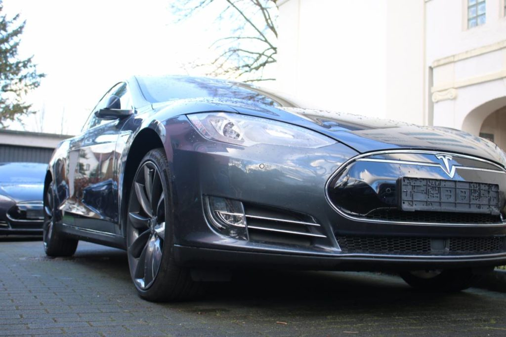 Foto: Tesla Model S85D mit grauen Turbine-Felgen und Autopilot. | © Greenspeed.de
