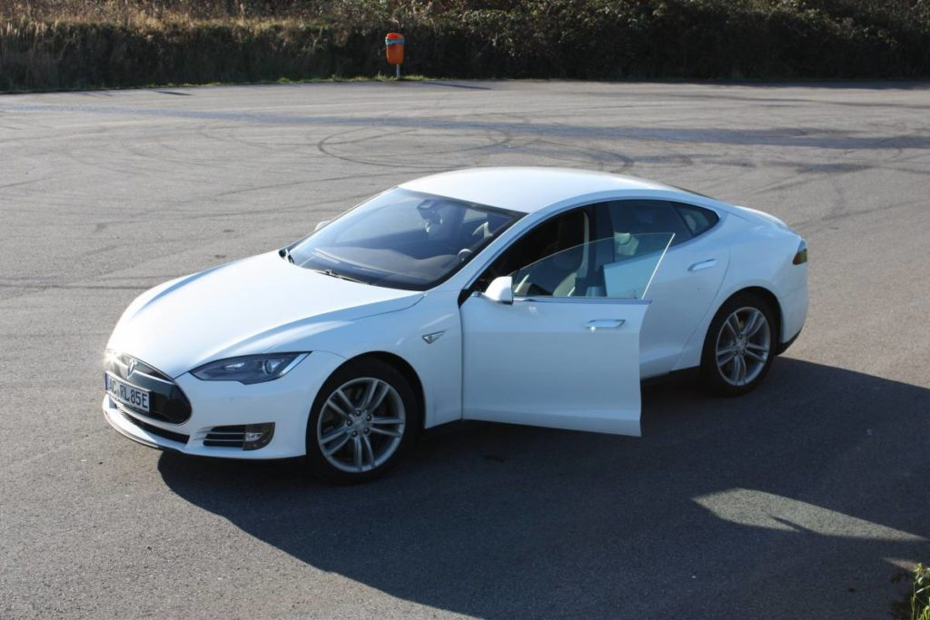 Foto: Tesla Model S85D in Perlweiß-Multicoat von Greenspeed. | © Greenspeed.de