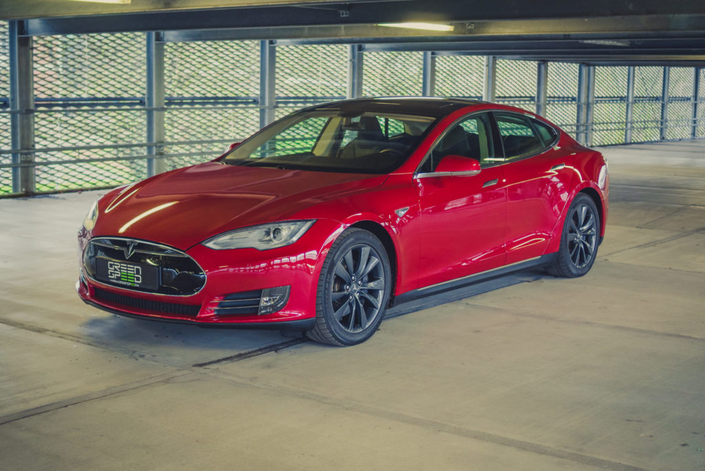 Tesla Model S85 rot multicoat multicoated Mehrschichtlack Ausstattung Schiebedach Frontansicht Cyclone Felgen 19 Zoll Extras Tech Kaltwetter Doppellader Aachen Deutschland E-Auto Elektrofahrzeug greenspeed emobility