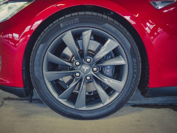 Tesla Model S85 rot multicoat multicoated Mehrschichtlack 19 Zoll Felgen Cyclone Räder Felgen Komplettrad Pirelli schwarze Bremssättel Aachen Deutschland Euregio Nordrhein-Westfalen Detailfoto
