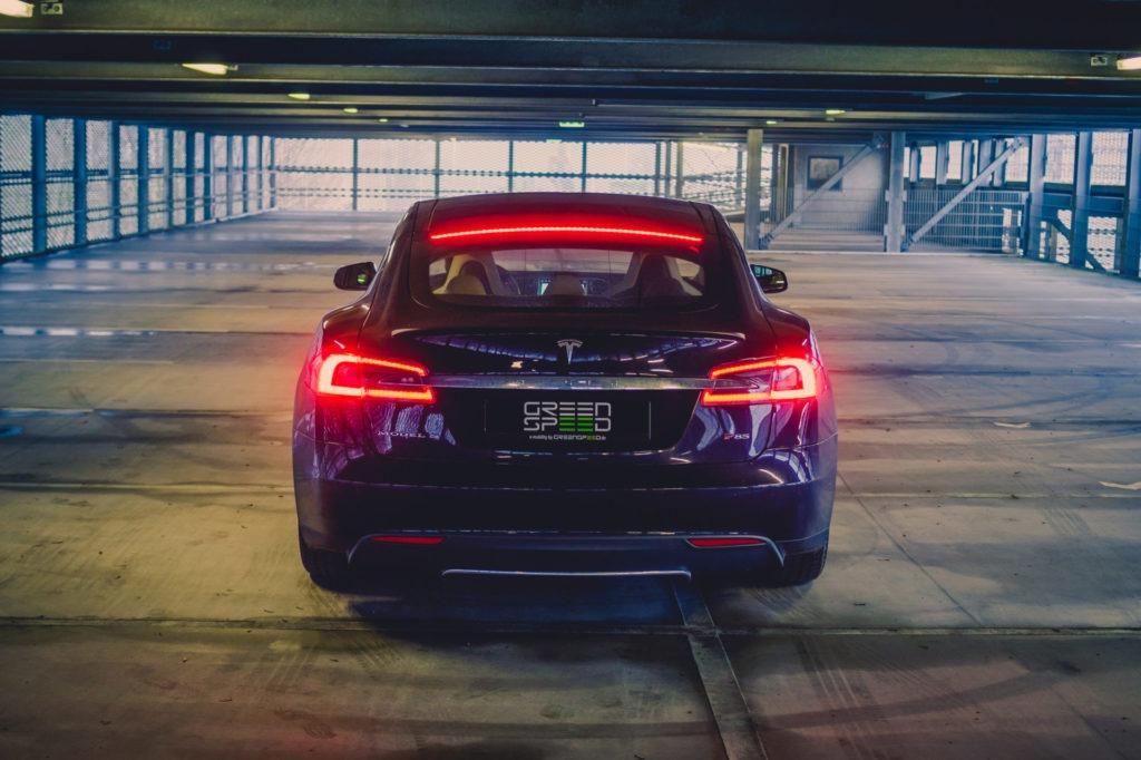 Tesla Model S P85 blau Rückleuchten Bremsleuchte eingeschaltet Parkhaus Heckansicht Aachen greenspeed emobility Elektroauto kaufen Deutschland