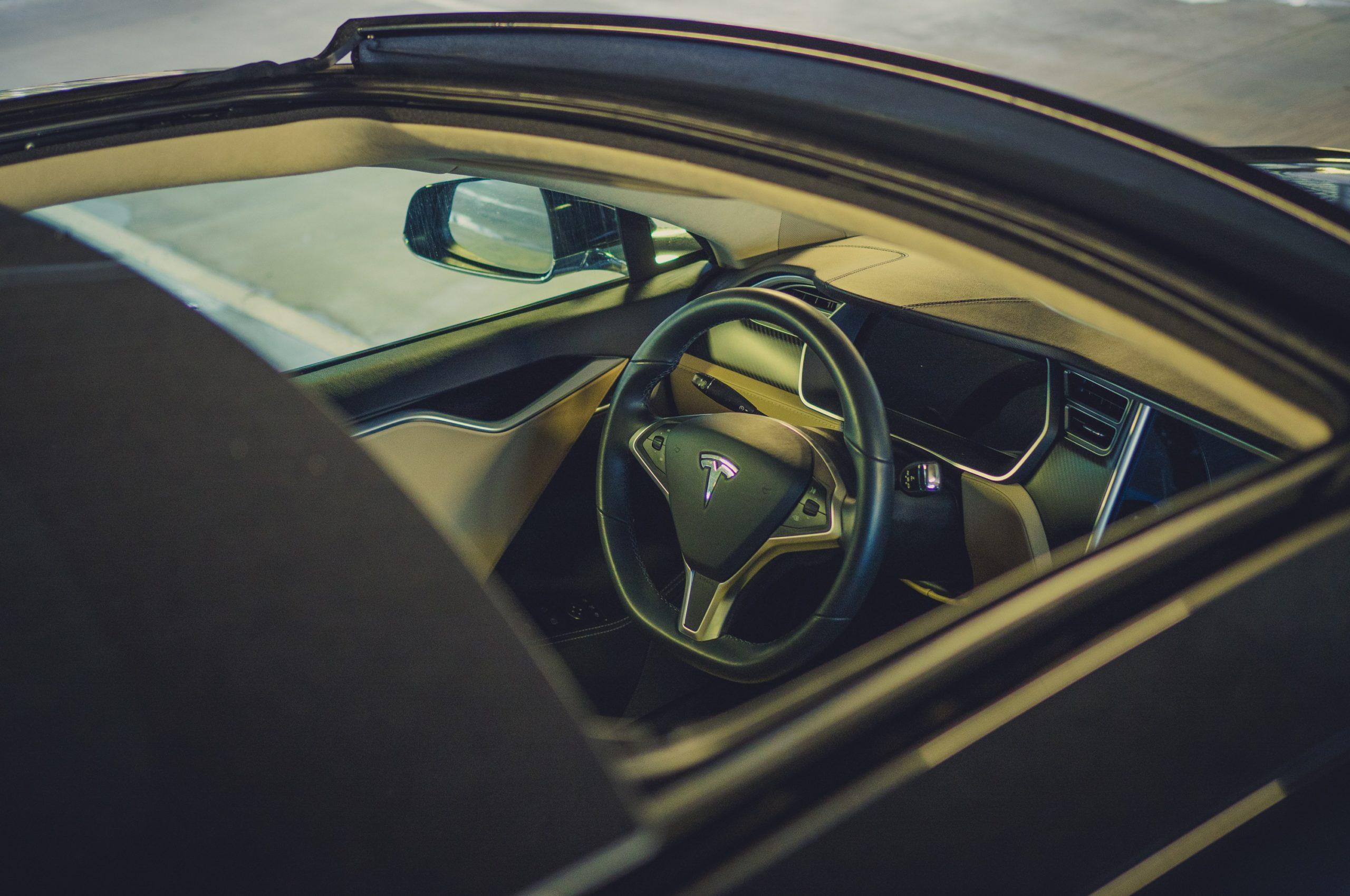 Tesla Model S P85 Schiebedach Panorama sun roof geöffnet Interieur Extras Ausstattung Premium Leder Lenkrad Display Touchscreen blau metallic Aachen Deutschland emobility Elektrofahrzeug E-Auto