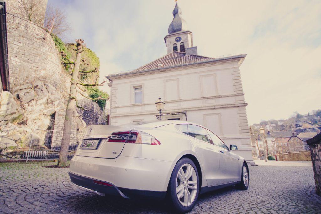 Tesla Model S85 silber metallic Burg Stolberg Aussicht Karosserie Frontansicht Frunk Torbogen Tor Burg Stolberg Aachen NRW Deutschland E-Auto Elektromotor Heck Gebrauchtwagenkauf Garantie