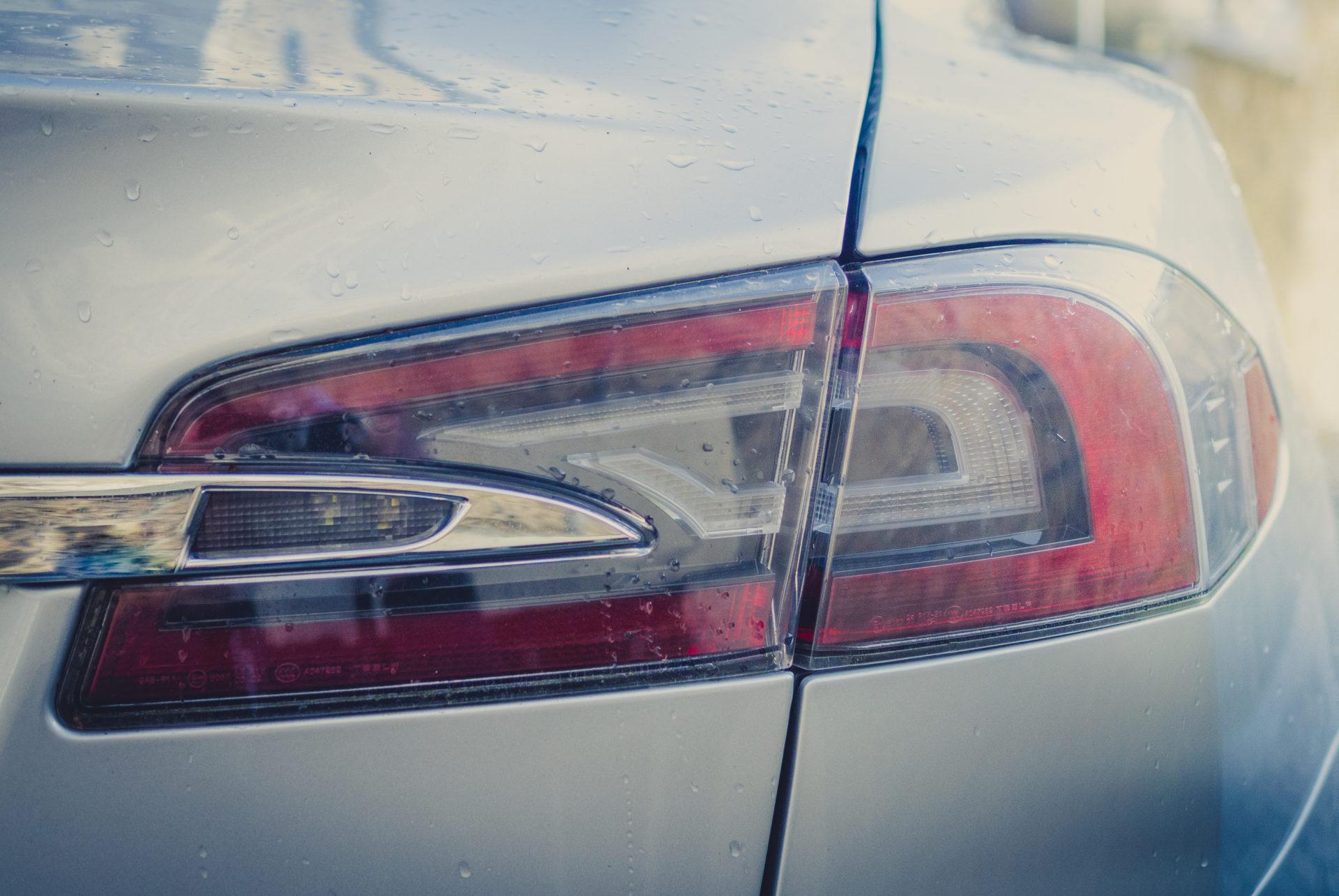 Tesla Model S85 silber metallic Kondenswasser Chrom Zierleiste Wasser neue Generation Rückleuchte Lampen Lichter Bremsen Bremslicht Aachen NRW Deutschland emobility Greenspeed Auto fahren gebraucht kaufen