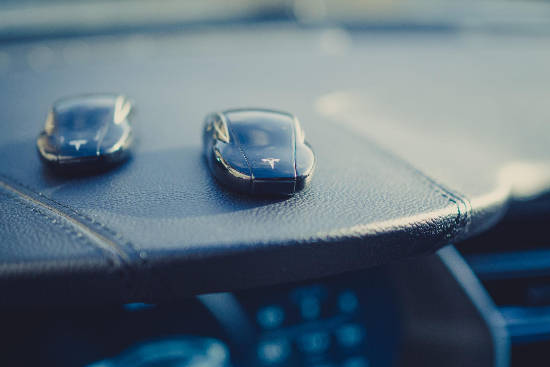 Tesla Model S Schlüssel Funkfernbedienung Fernbedienung FOB Key Armaturenbrett Ablage emobility greenspeed Aachen Deutschland NRW Gebrauchtwagen kaufen Autohändler