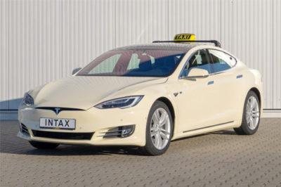 Foto: Das Tesla Model S als Taxi von Intax | © Hersteller