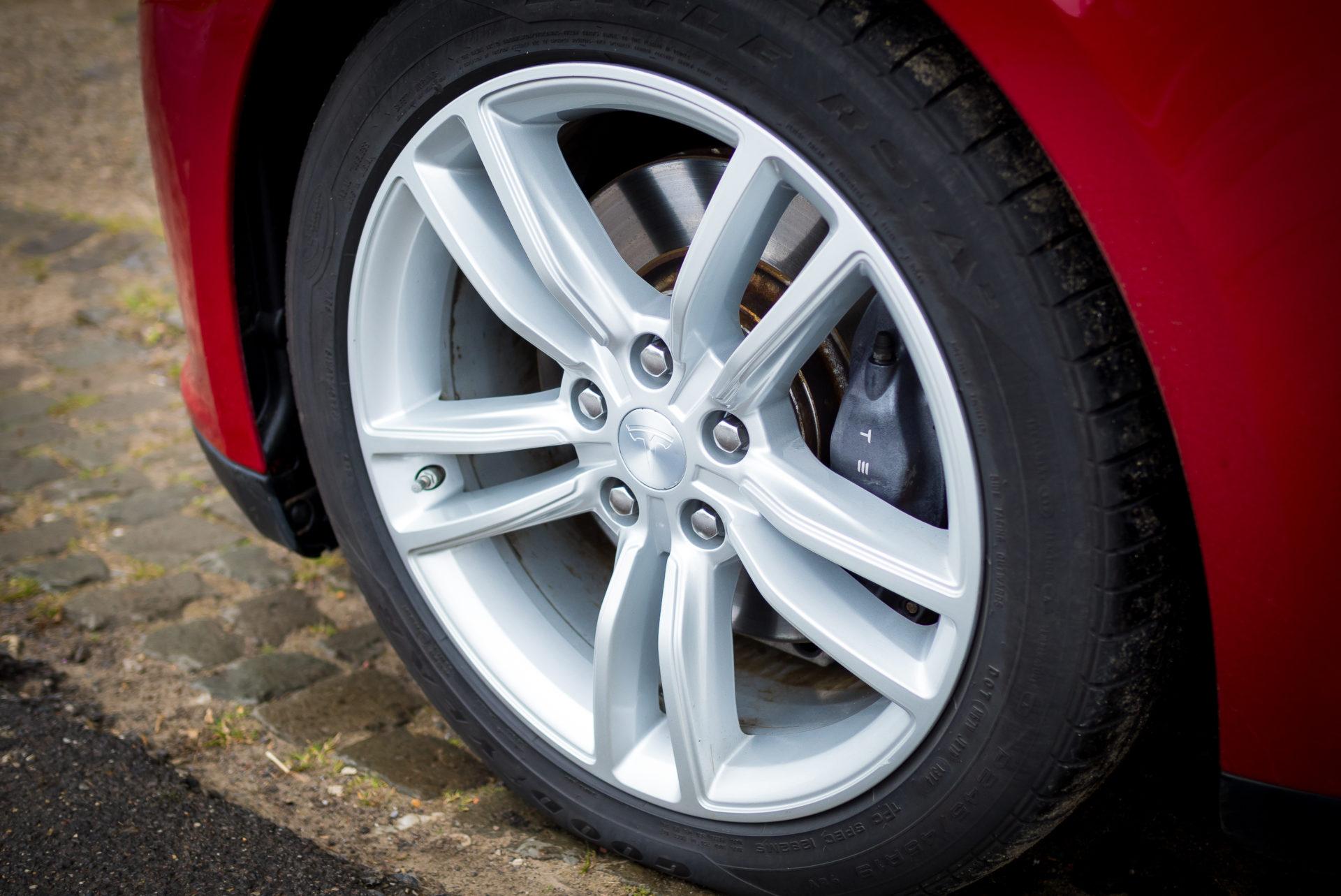 Tesla Model S85 rot multicoat 19 Zoll Original Felgen schwarze Bremssättel Detail Räder Rad Aachen Greenspeed emobility NRW Deutschland Gebrauchtwagen kaufen