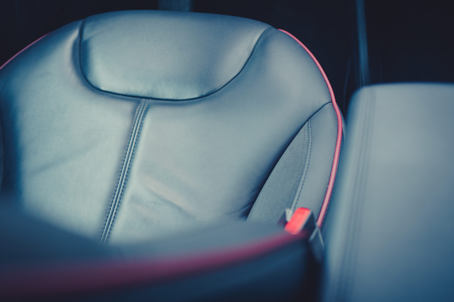 Tesla Model S85 rot multicoat Interieur Sitze Ledersitze performance seats Leistungssitze Alcantara rote Ziernähte Greenspeed Elektroauto emobility Aachen NRW Deutschland