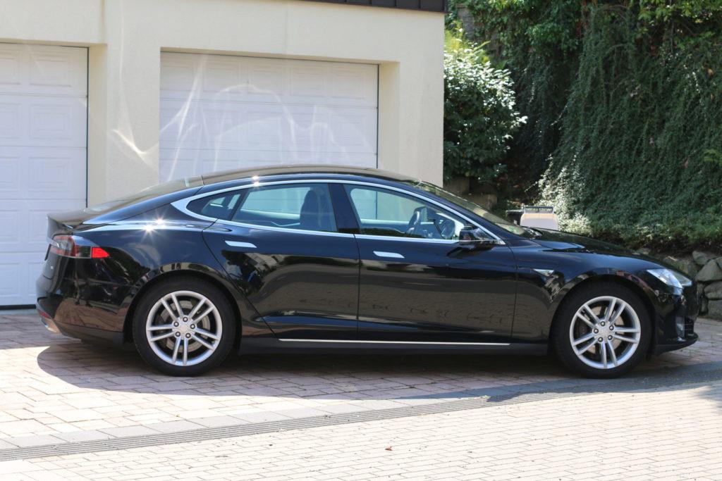 Tesla Model S85 schwarz uni Seitenansicht gebraucht Original Gebrauchtwagen kaufen Aachen Deutschland emobility greenspeed
