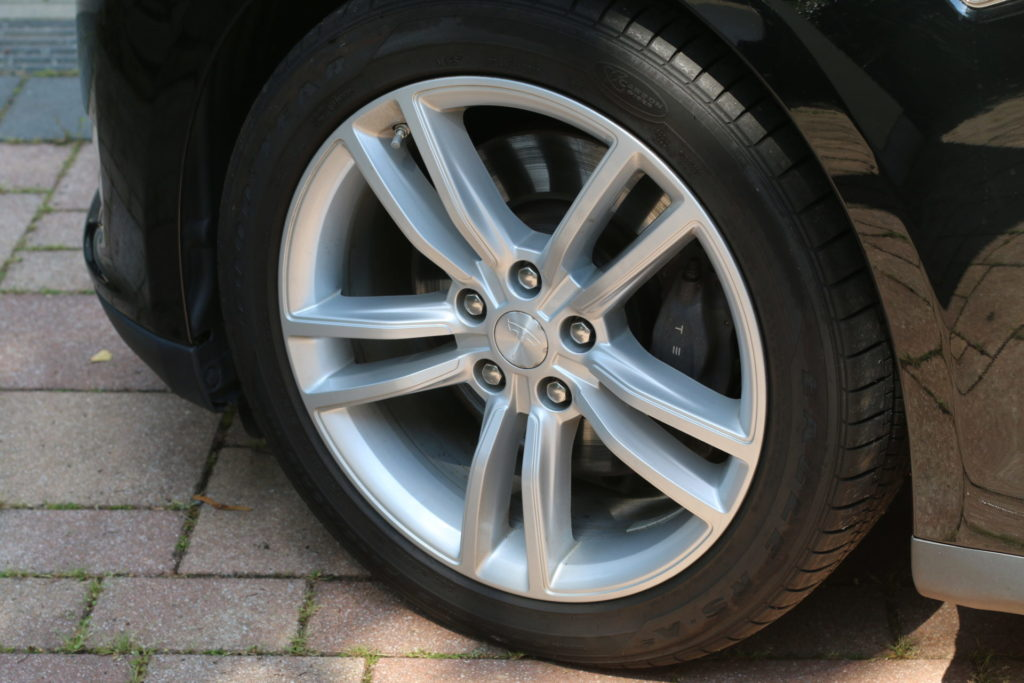 Tesla Model S85 schwarz Räder Felgen Reifen Original Gebrauchtwagen kaufen Aachen Deutschland emobility greenspeed