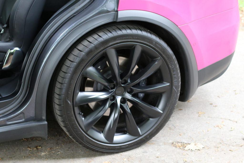 Tesla Model X90D Onyx Felgen schwarz Räder Reifen Goodyear parkend pink magenta Folierung Wrap Decal greenspeed emobility Aachen Deutschland NRW Gebrauchtwagen Gebrauchtfahrzeug kaufen