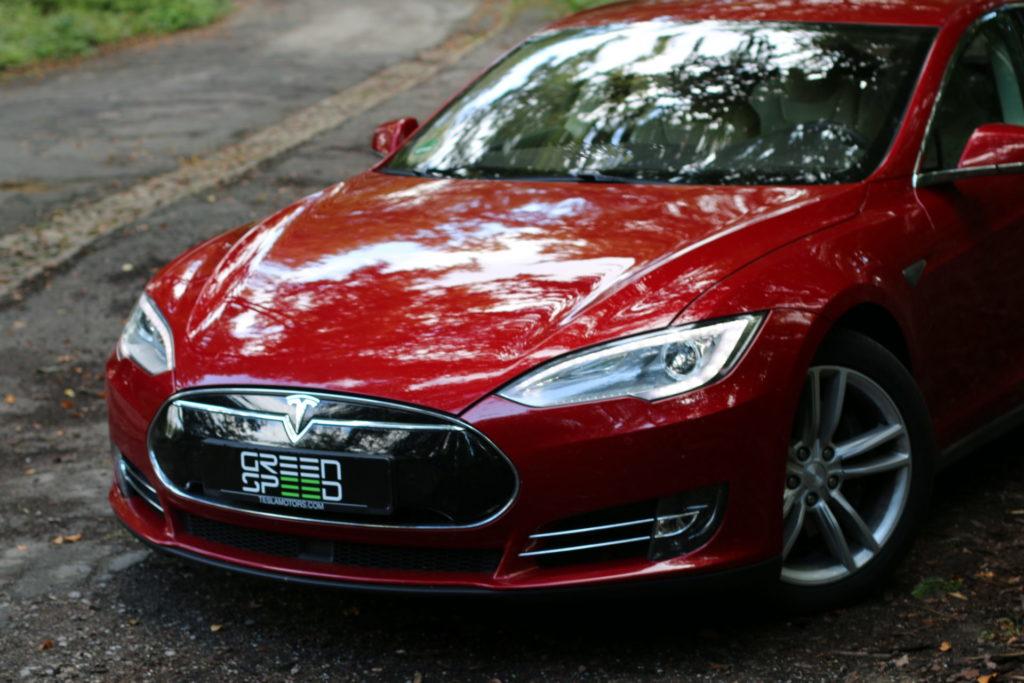 Foto: Tesla Model S85 mit roter Mehrschichtlackierung von Greenspeed. | © Greenspeed.de