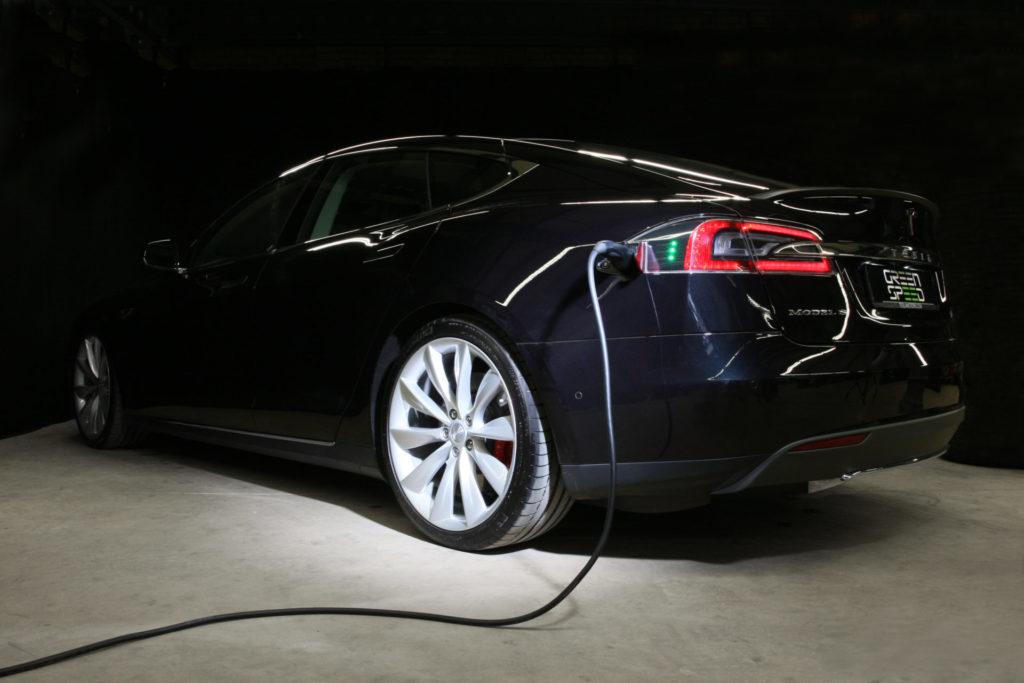 Tesla Model S P85D schwarz metallic Laden Aufladen Charging Ladebuchse Ladekabel Ladevorgang LED Supercharger Greenspeed emobility Aachen Deutschland NRW Euregio Autohändler Gebrauchtwagen kaufen