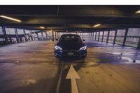 Tesla Model S P85 blau-metallic Frontansicht Schweinwerfer Aachen Parkhaus greenspeed emobility Deutschland low light