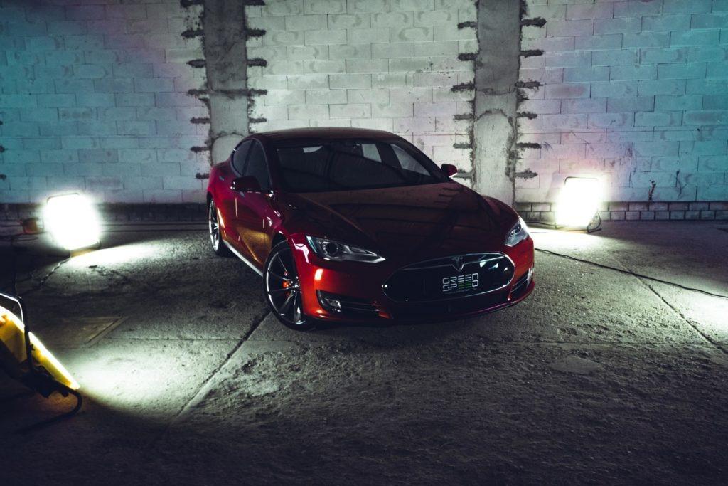 Tesla Model S P85D Rot Mehrschichtlack Multicoat 21 Zoll Turbine Autopilot 1 Doppellader Smart Air U-HiFi Tech-Paket Kaltwetter Heckspoiler Karbon Next Gen Sitze Karbondekor Alcantara