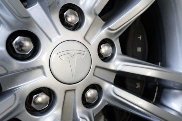 Tesla Model S85 Metallic SuC Laderecht 19 Zoll Felgen silber Kaltwetter-Paket Tech-Paket Klavierlack Dekor