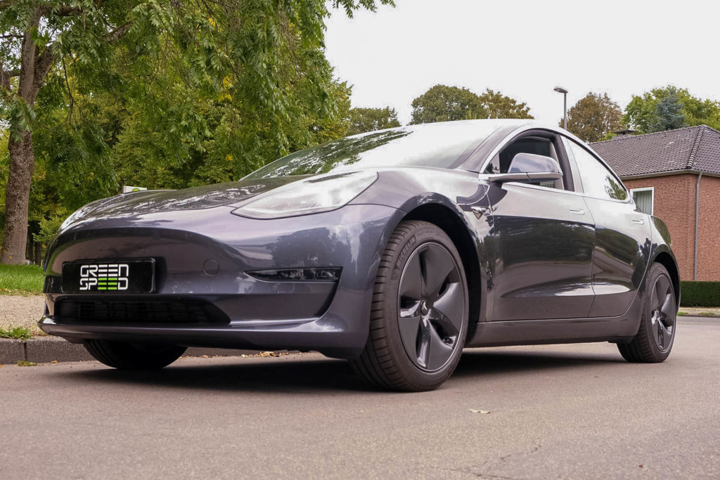 Foto: Tesla Model 3 Hinterradantrieb Standard Plus in Metallic-Grau von Greenspeed.de | © Greenspeed