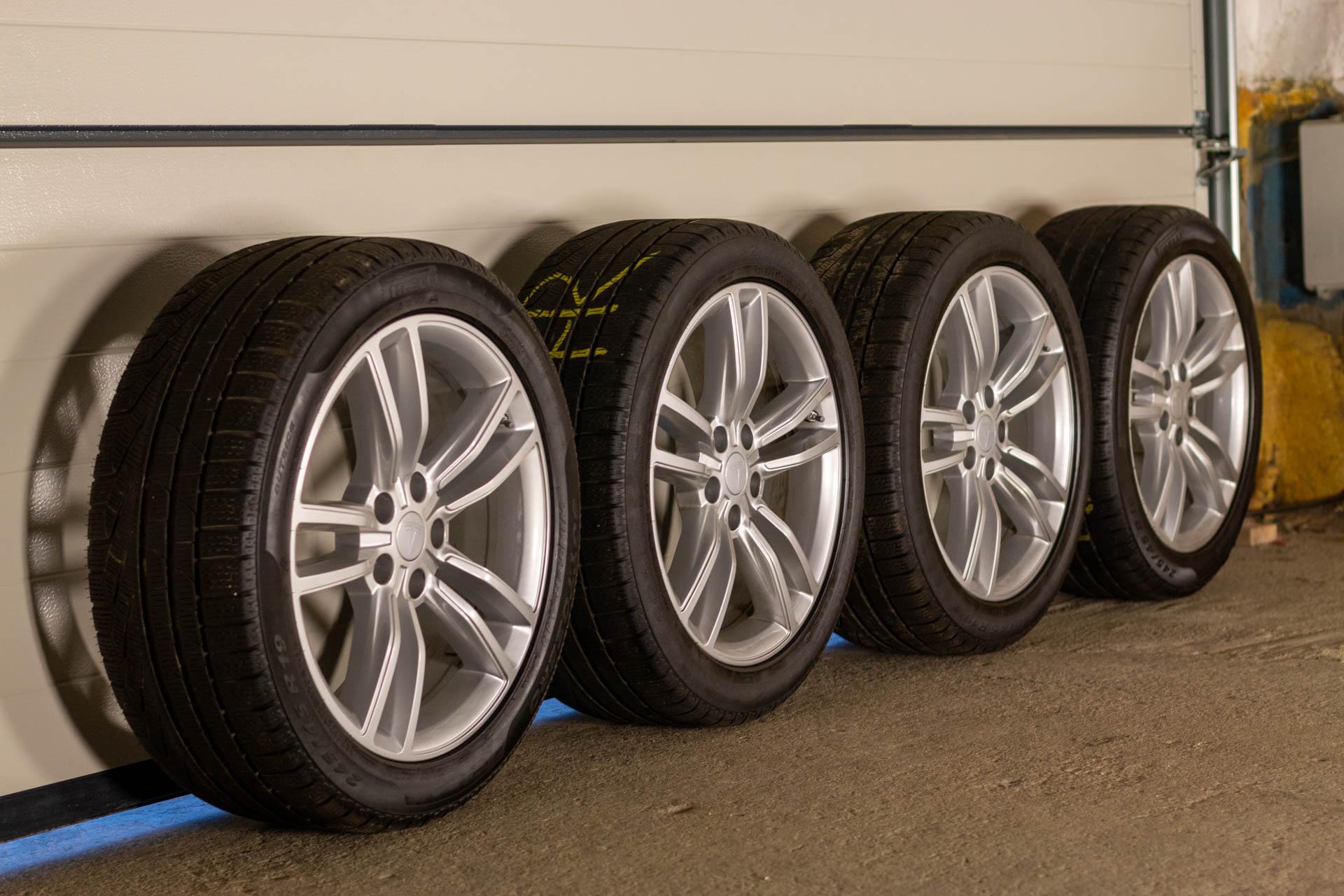 Foto: 19-Zoll-Standard-Felgen von Tesla mit Pirelli-Winterreifen. | © Greenspeed.de